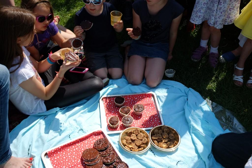 Les enfants goutent chaque gâteaux, discutent, argumentent... et se régalent