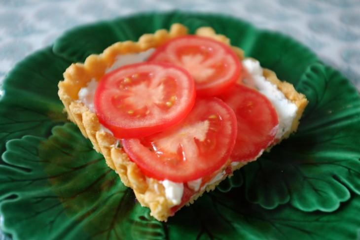 recette sans gluten de tarte au fromage de chèvre, basilic et tomate