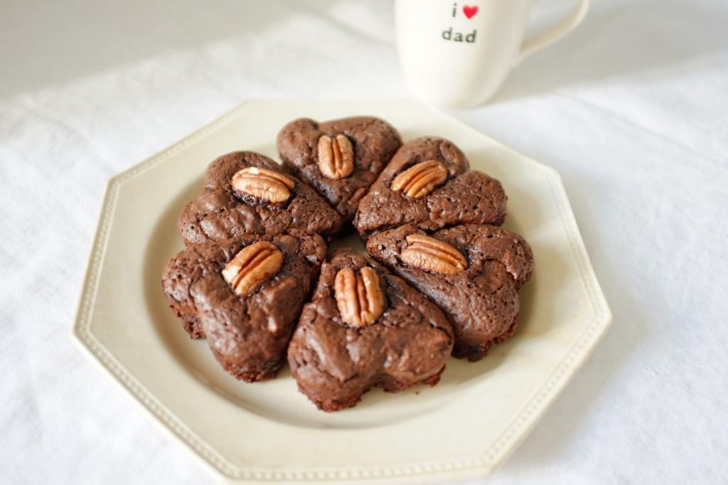 Les brownies sans gluten aux noix de pécan pour célébrer la fête des pères