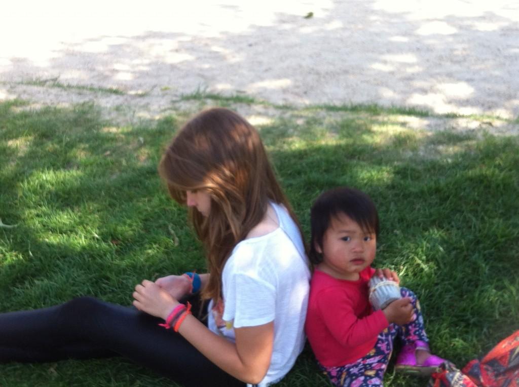tandis que Lou mange les mini cookies, Ava a bien l'intention de manger son muffins et celui de sa soeur !