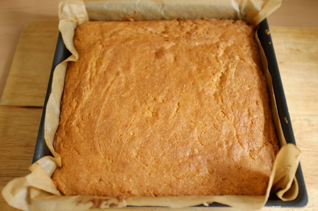 Le gâteau sans gluten au sirop d'érable à la sortie du four