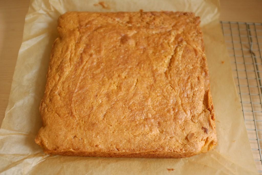 Le gâteau sans gluten au sirop d'érable refroidis ensuite sur une grille