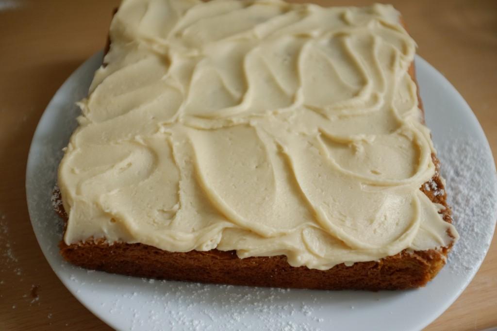 Je dessine avec le glaçage de jolies vagues pour décorer le gâteau sans gluten au sirop d'érable