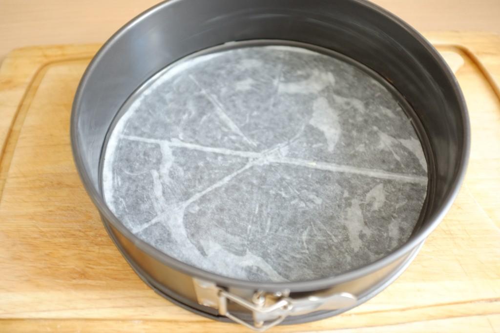 Le moule qui s'ouvre est beurré et le fond est recouvert d'une feuille de papier cuisson beurrée également