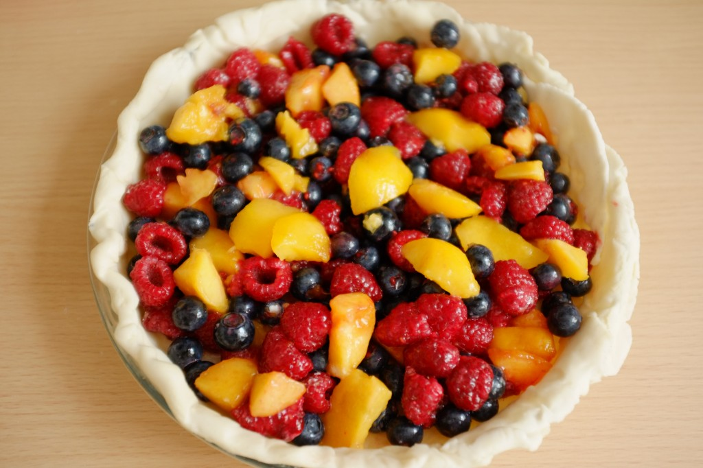 Les fruits sont déposés dans le fond de tarte sans gluten
