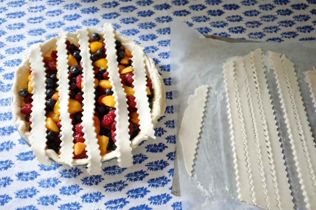 Les premières lamelles de pâte sans gluten sont déposées à la verticale sur les fruits