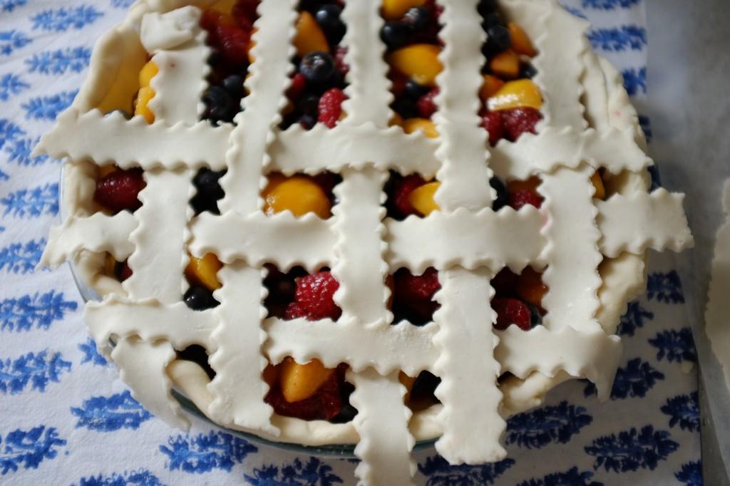 La moitié de la tarte est tressée, il ne reste plus qu'à retourner la tarte et continuer de l'autre côté.