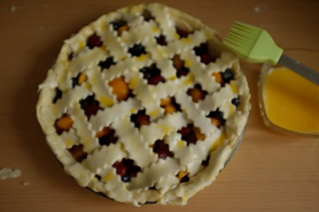 Après le réfrigérateur, la tarte sans gluten est badigeonnée au glaçage à l'oeuf et saupoudrée de sucre de canne avant d'être enfournée