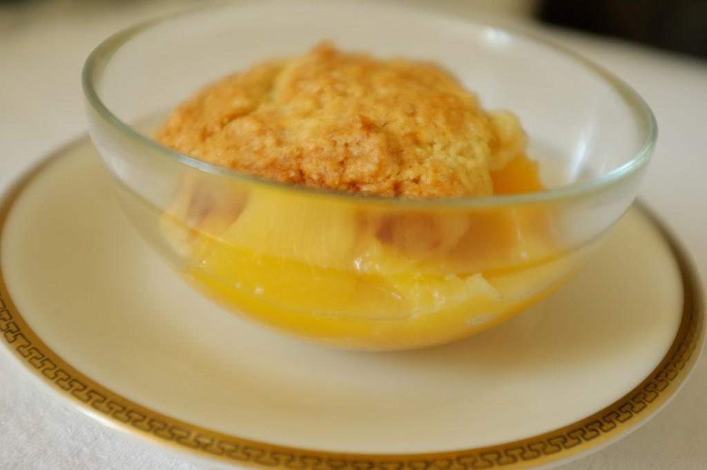 le cobbler sans gluten à la pèche: de la pâte aérée et croustillante sur un lit de pèche