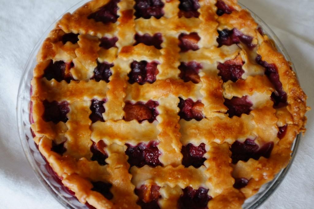 La tarte tressée sans gluten framboise, pèche et myrtille