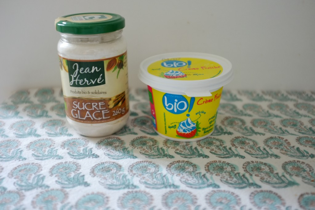 """La crème fraiche et le sucre glace qui vont être le """"blanc"""" dans ce dessert sans gluten"""