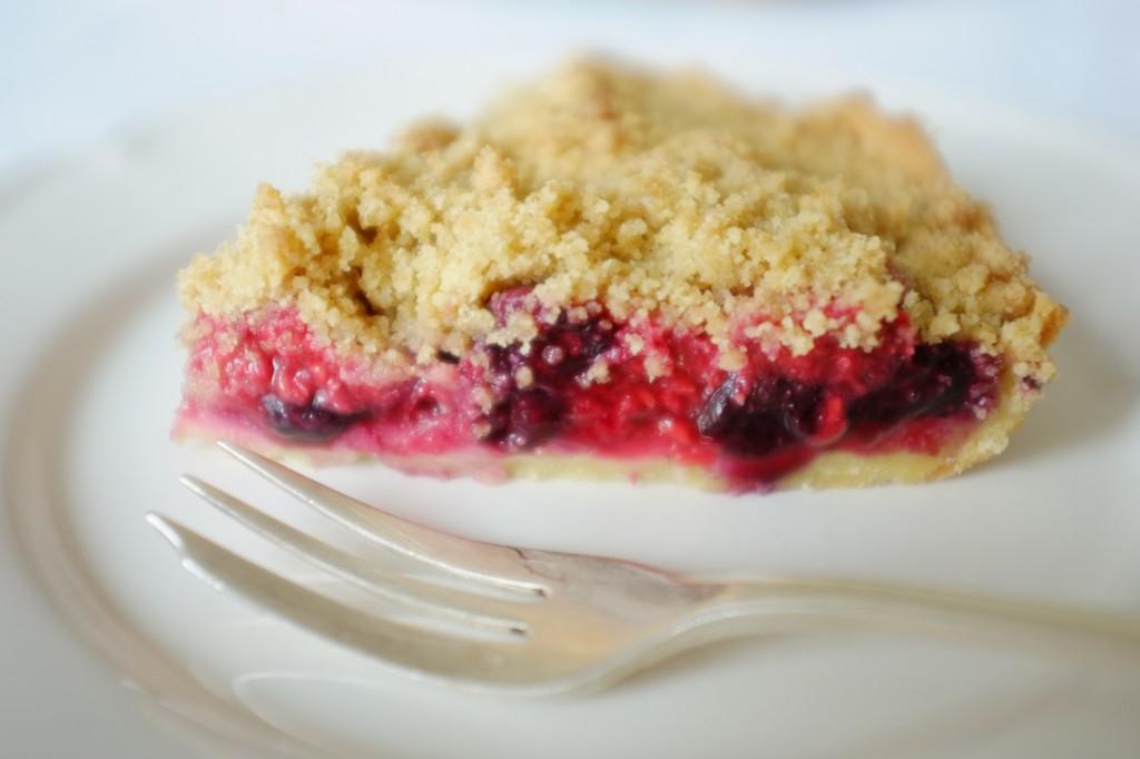 La tarte sans gluten bleu, blanc, rouge, attend la crème sucrée