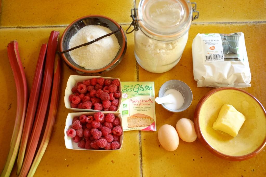 Les ingrédients sans gluten pour le gâteau à la framboise et à la rhubarbe