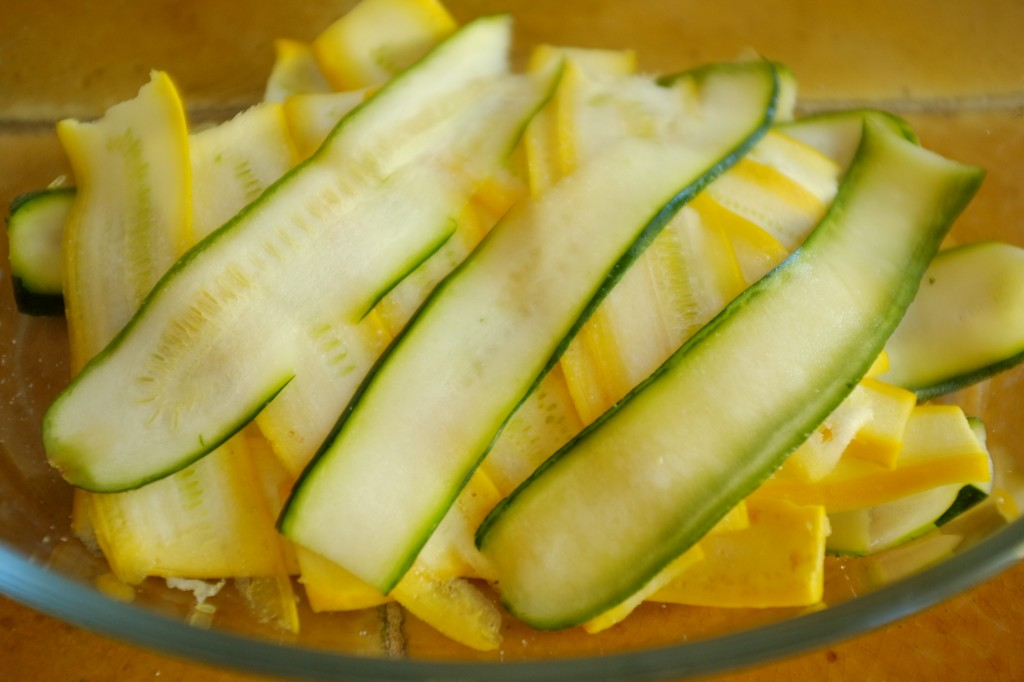les courgettes sont coupées en fines lamelles, déposées dans un plats et salées pour dégorger 30mn.