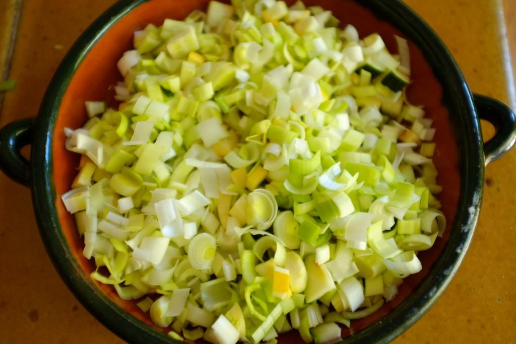 les légumes: courgettes et poireau avant d'être sautés à la poêle