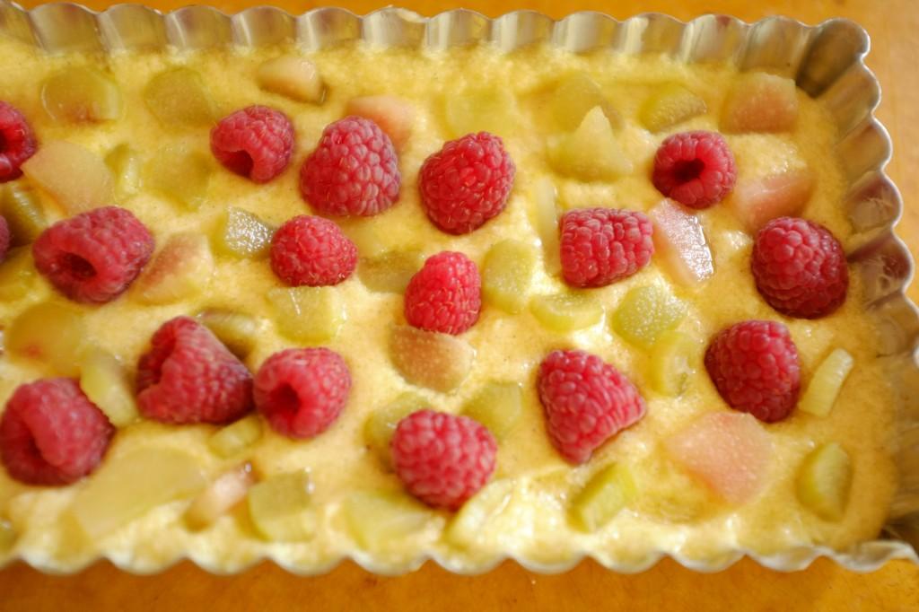 Les framboise et les lamelles de rhubarbe sont déposée sur la pâte sans gluten