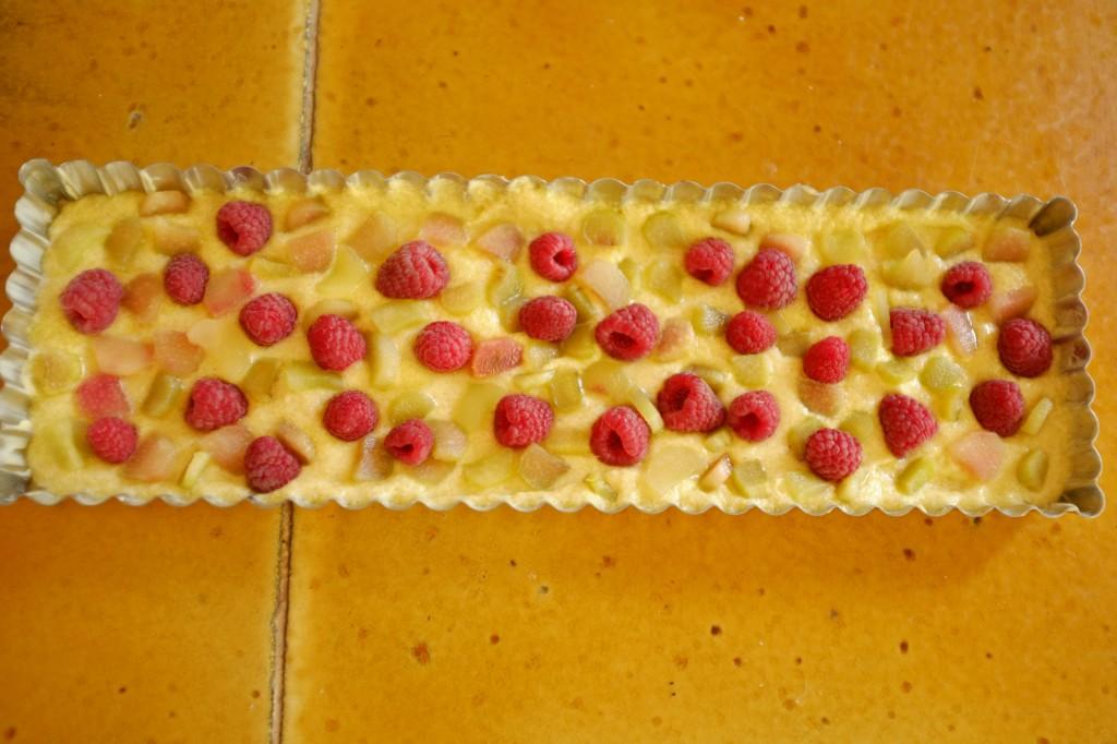 Le gâteau sans gluten framboise et rhubarbe avant d'être enfourné