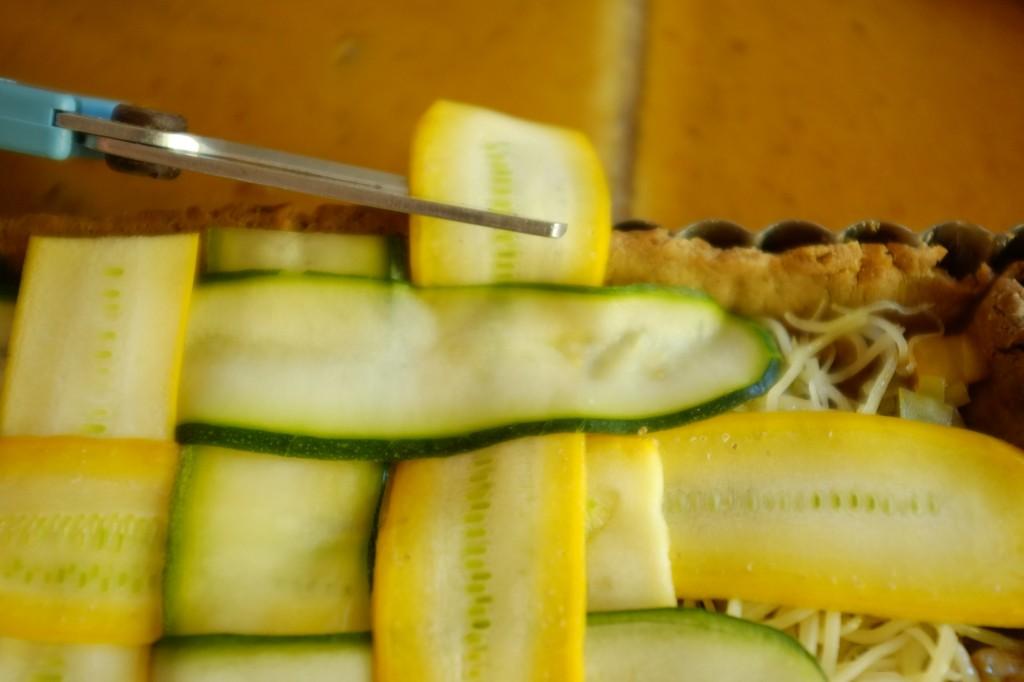 Pour que cela soit plus joli, je coupe, avec des ciseaux, les bouts des lamelles de courgettes