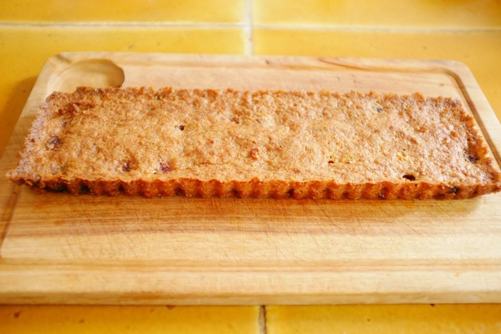 Le gâteau sans gluten framboise et rhubarbe refroidit après avoir été démoulé