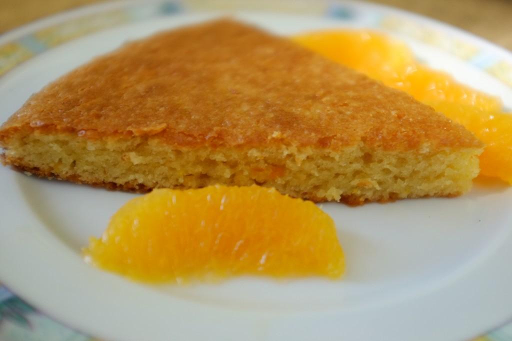 Le gâteau sans gluten à l'orange où l'on aperçoit les zestes d'orange