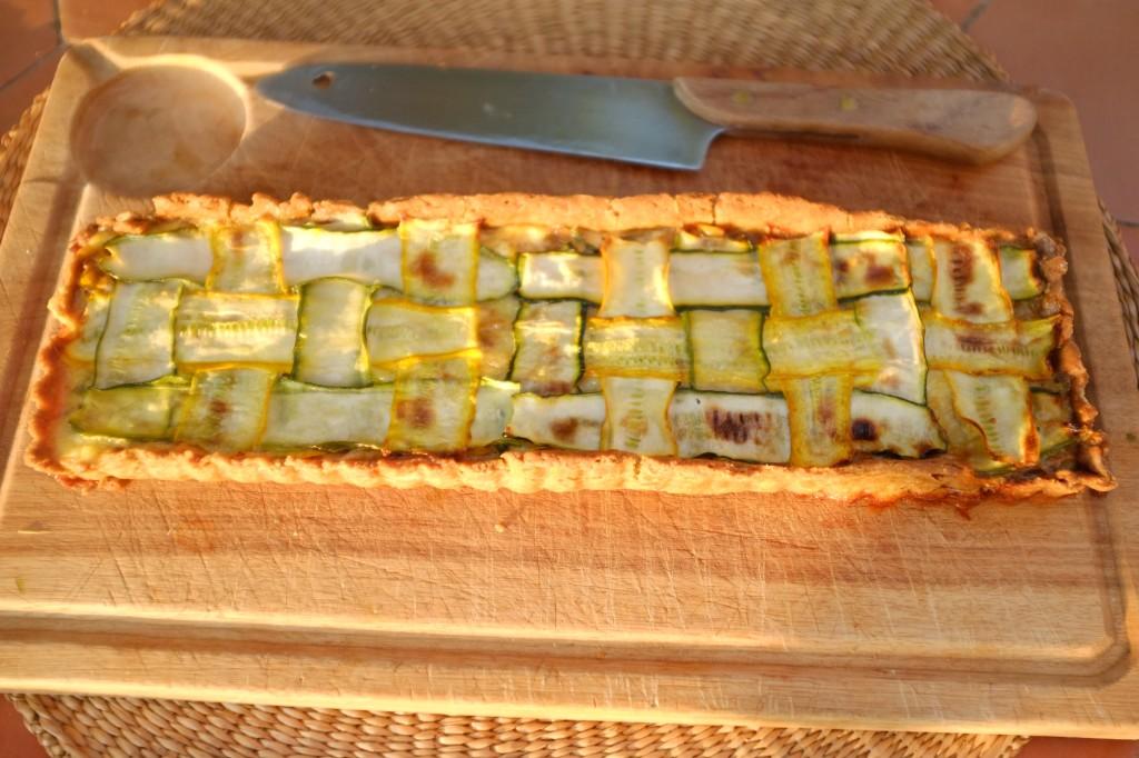 La tarte sans gluten courgette et poireau est prêtte à être découpée pour l'apéritif
