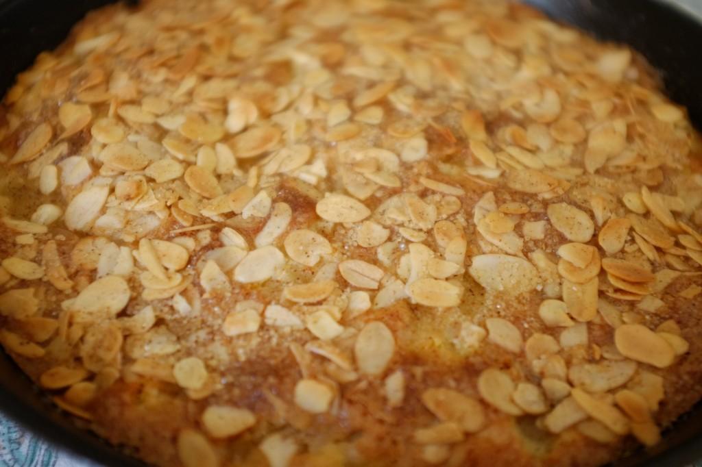 Le dessus du gâteau ans gluten poire et amande est bien doré