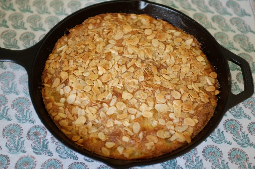 Le gâteau sans gluten poire et amande à la sortie du four