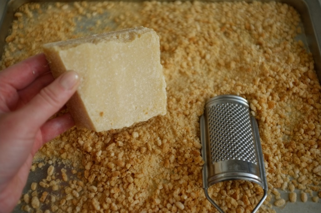 Je râpe un peu de parmesan pour apporter du goût à la panure