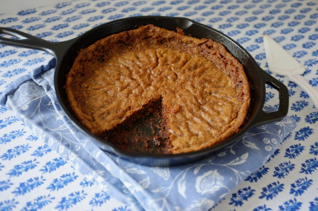 les tranches de cookies sans gluten au chocolat sont découpés directement dans la poêle en fonte