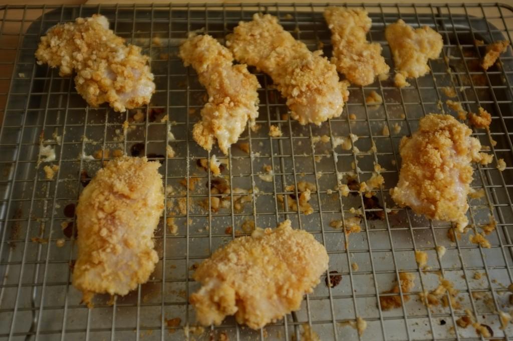 Les nuggets de poulet sans gluten au riz soufflé avant d'être enfourné