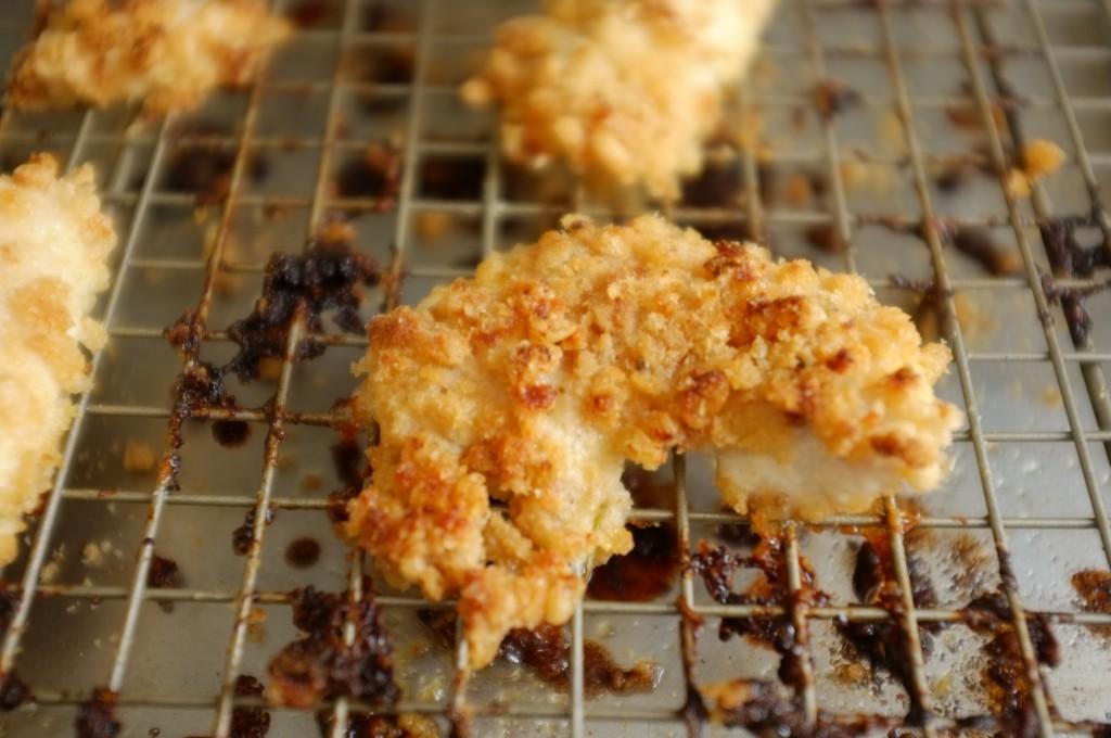 un nugget de poulet au riz soufflé prêt a être dévoré par mon fils