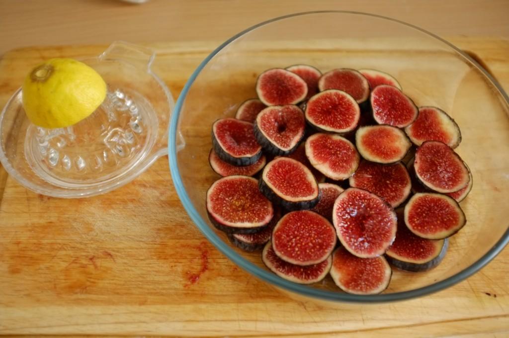je dépose un peu de jus de citron sur les rondelles de figues fraiches