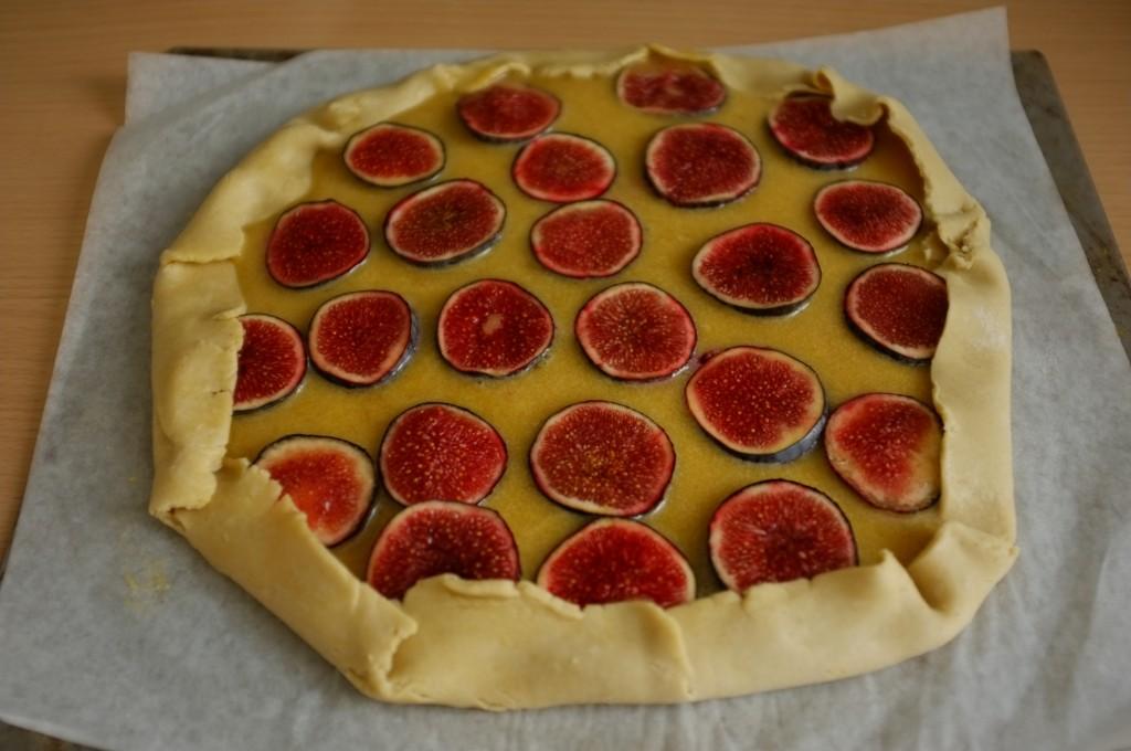 Je referme les bords de la pâte sans gluten sur les figues fraiches et la frangipane
