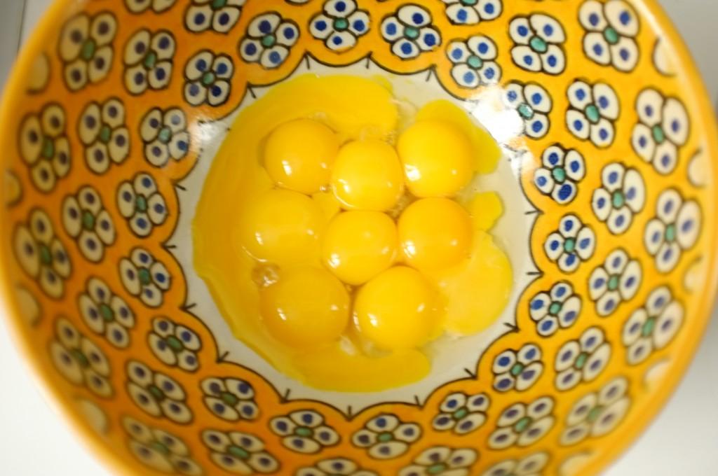 Les jaunes d'oeufs sont séparés des blancs.