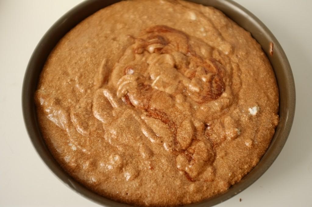 lLa préparation est délocatement versé dans le moule, voici le gâteau avant d'être enfourné