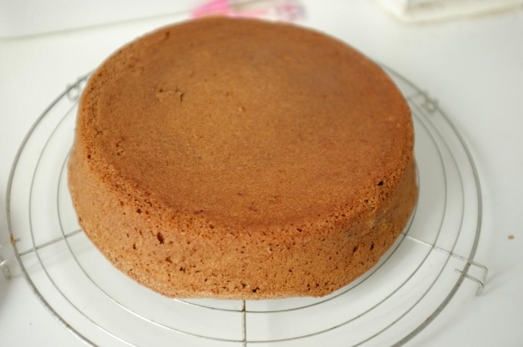 Le gâteau au chocolat sans gluten est démoulé sur une grille
