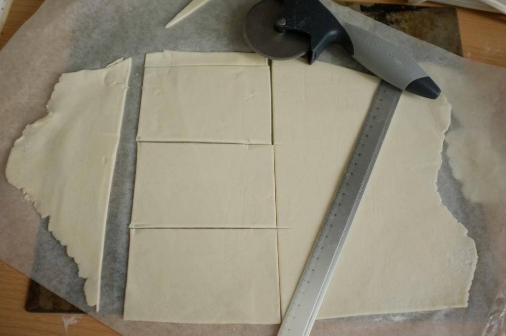 Sur une feuille de papier cuisson, je découpe dans la pâte sans gluten des rectangles