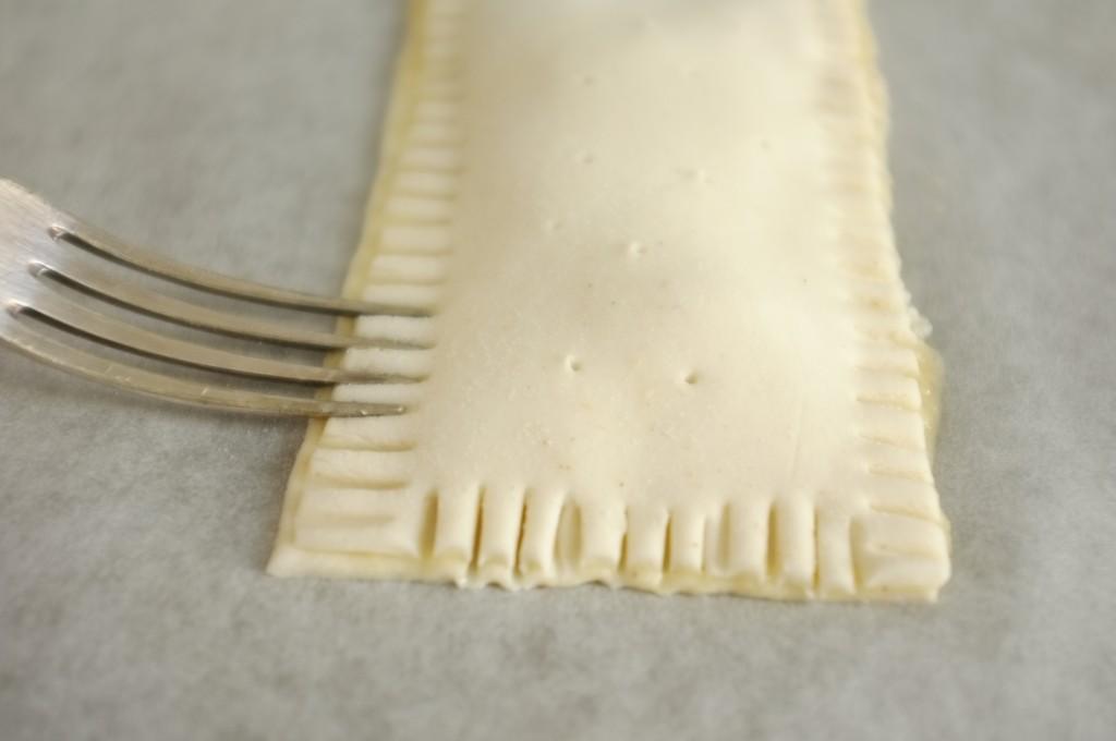 Pour coller les deux pâtes sans gluten l'une à l'autre, j'apuis délicatement avec les dents d'une fourchette,