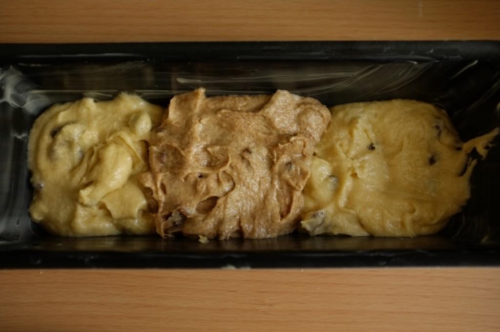 La première couche de pâte sans gluten où les pâte sont disposées en alternance de saveurs.