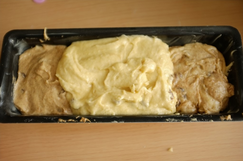 Le cake avant d'être enfourné, les pâtes sont disposé en alternance de saveurs nature et à la cannelle