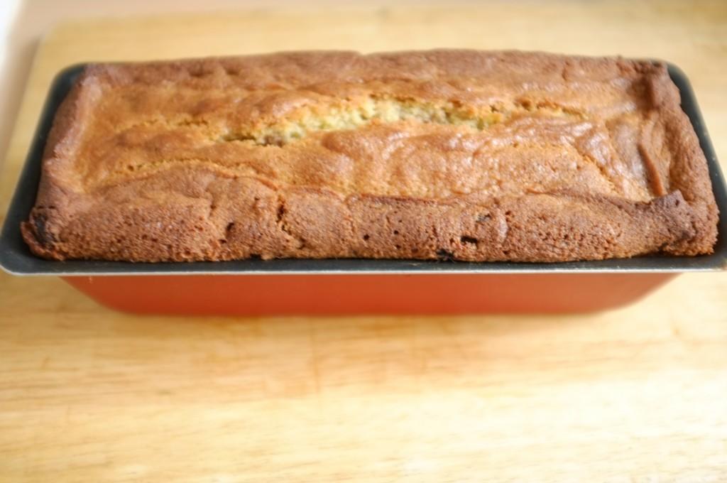 Le cake sans gluten raisin et cannelle à la sortie du four