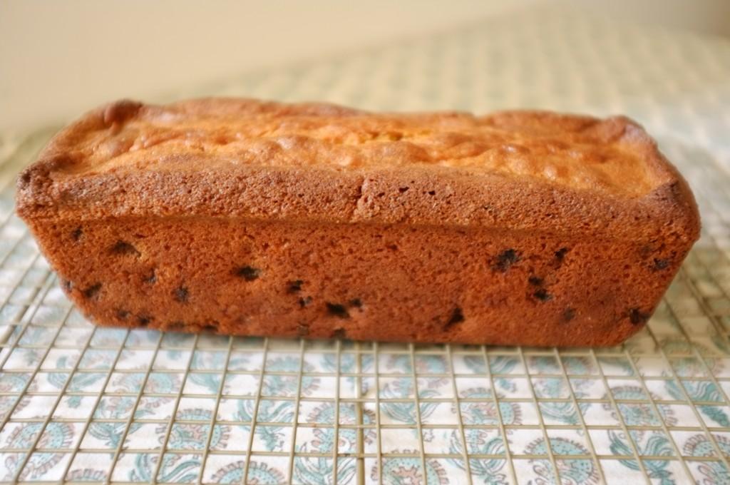 Le cake sans gluten raisin et cannelle refroidi sur une grille