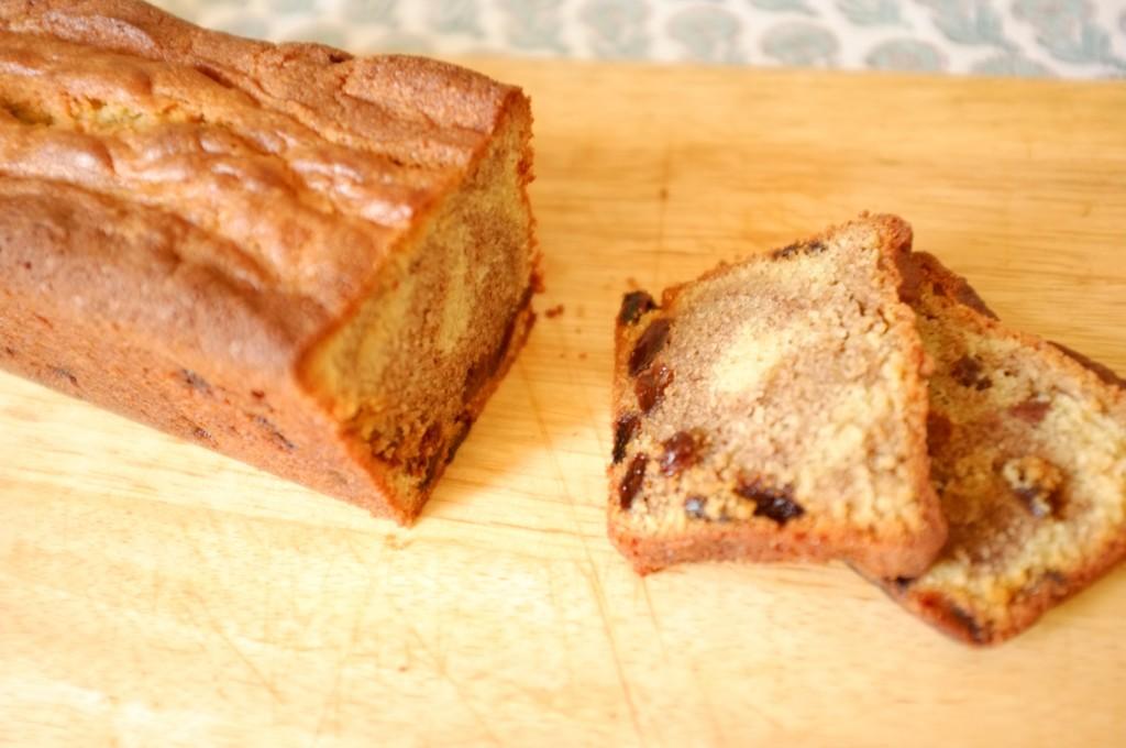 Le cake sans gluten raisin et cannelle, on apperçoit les dessin de la cannelle et les raisins