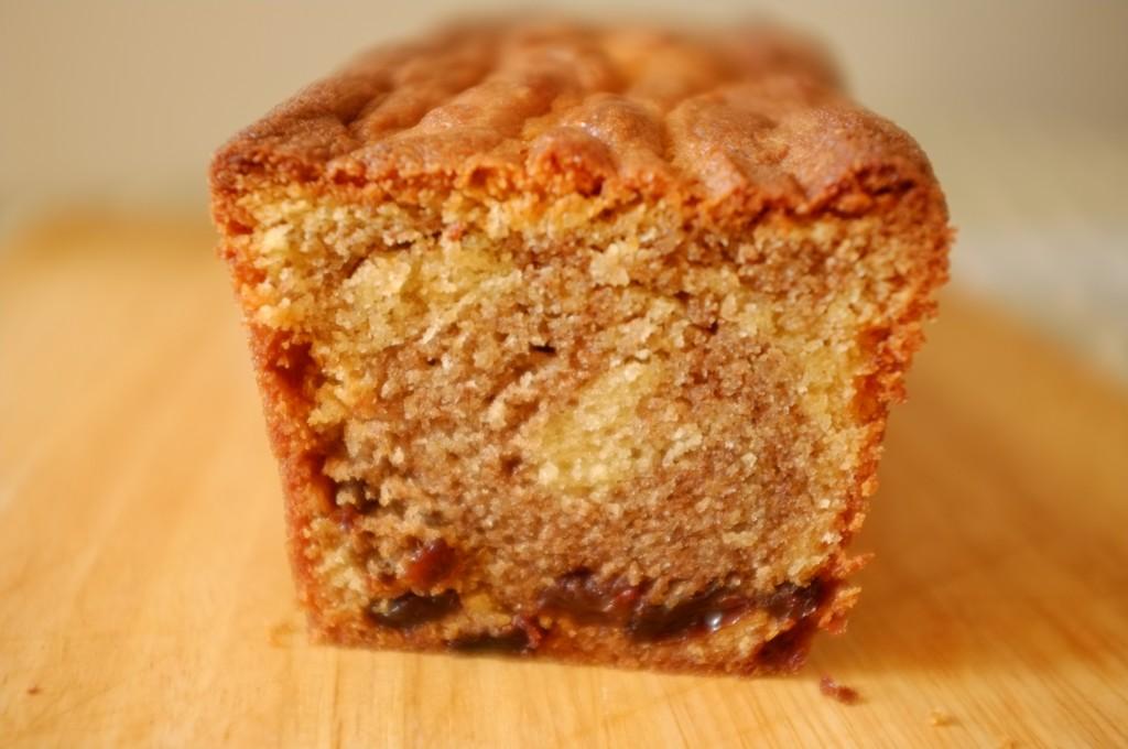 Le joli dessin de la cannelle dans le cake sans gluten raisin et cannelle