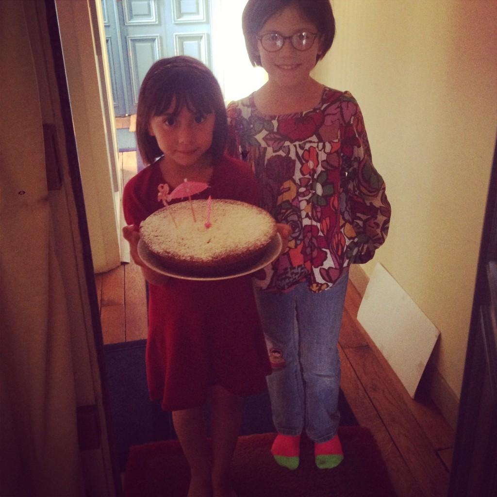 Angèle et Eugénie, les filles de Charlotte, m'apporte mon gâteau d'anniversaire! Un cadeau délicieux...