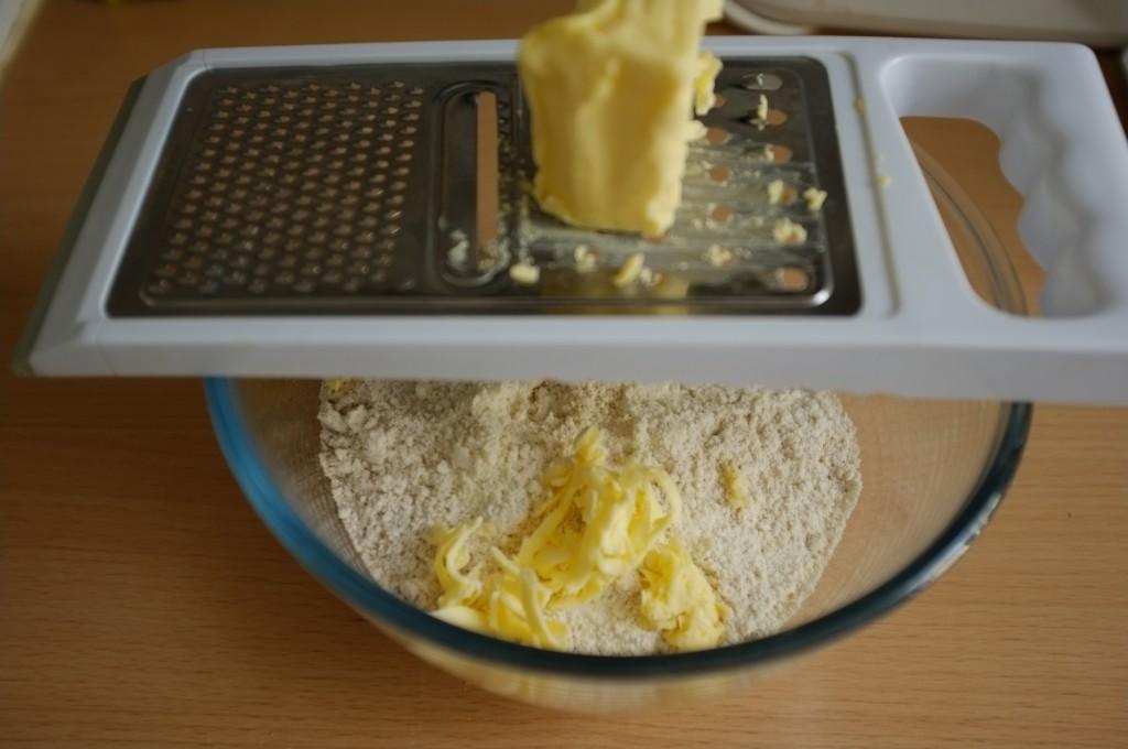 Le beurre est glacé, je le râpe directement au dessus des ingrédients secs.