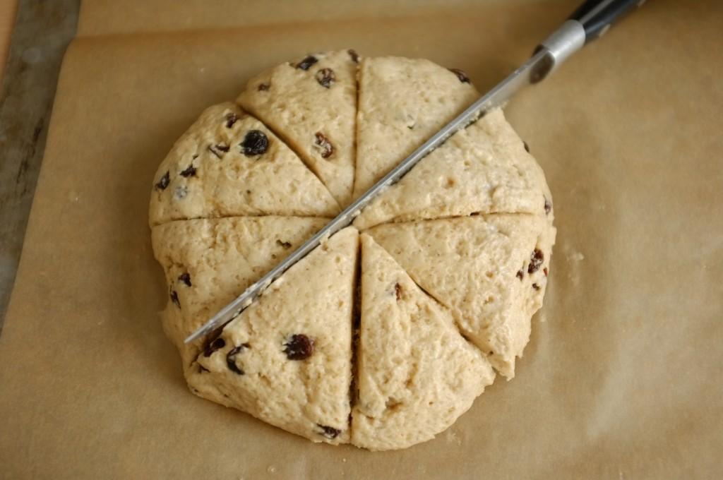 Je découpe 8 parts à l'aide d'un couteau, comme la pâte sans gluten colle un peu, j'ai mouillé à l'eau froide la lame de mon couteau