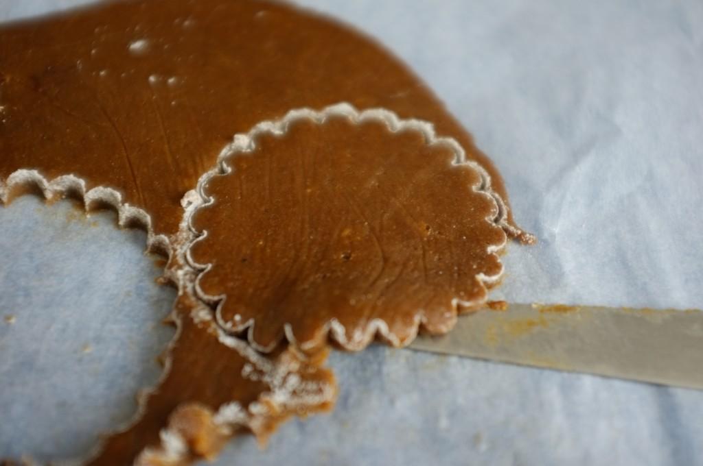 La pâte peut-être un peut souple alors je m'aide de la lame fine d'une couteau pour soulever les bord des biscuits