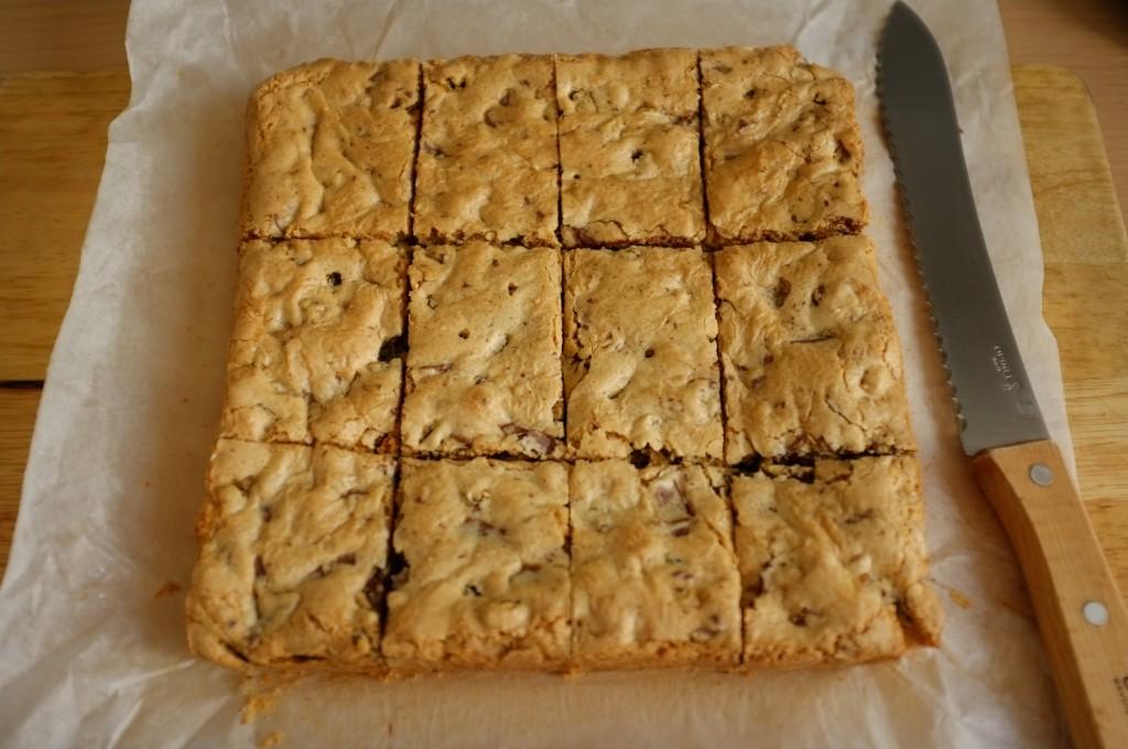 J'aime découper le gâteau sans gluten au raisin et au éclat de chocolats en barres, car c'est facile à transporter.