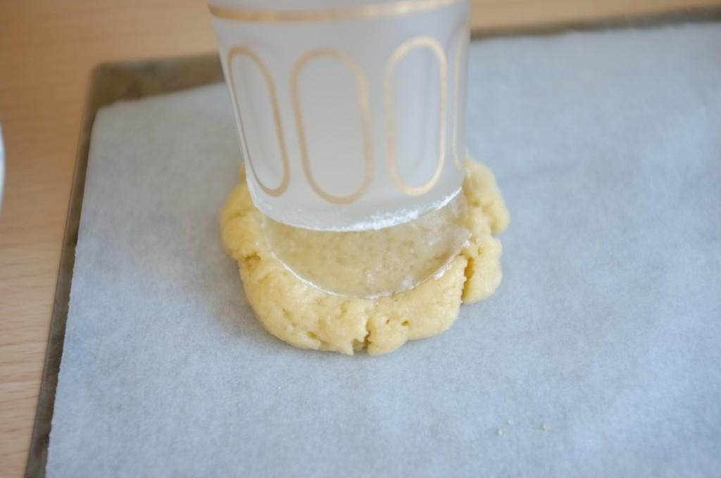 J'applati la boule de pâte avec le fond d'une petit verre plat, les bords rebondis se forment